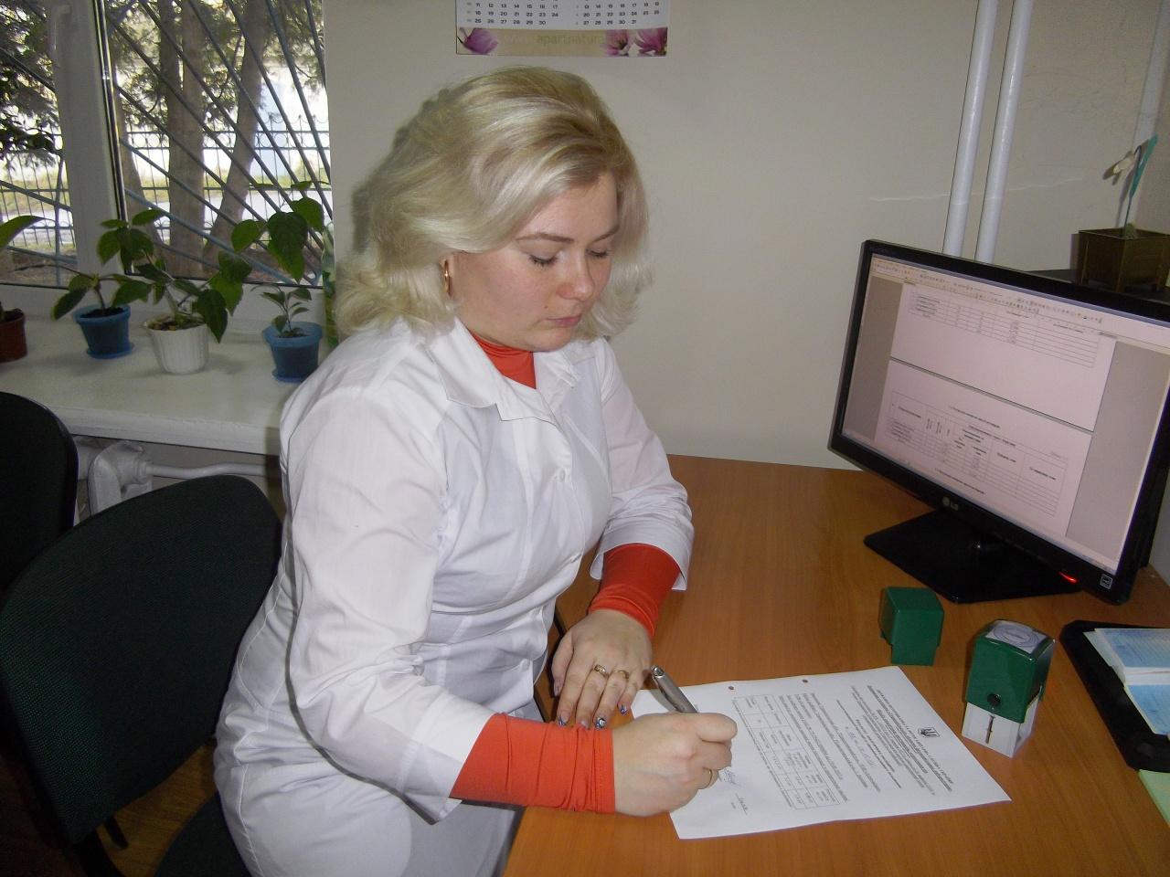 Завідувач відділу аналітики пестицидів, агрохімікатів Гоц А.В. під час оформлення результатів аналітичних досліджень