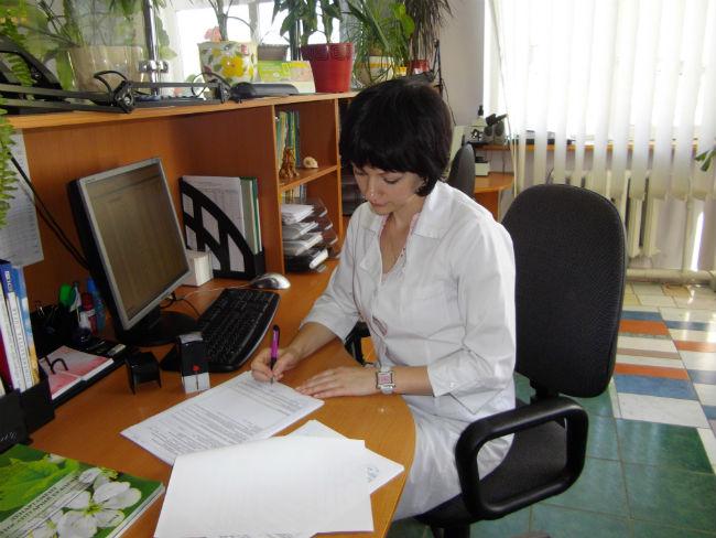 Завідувач відділу фітосанітарного аналізу Чугрій В. Ю. під час оформлення результатів фітосанітарної експертизи