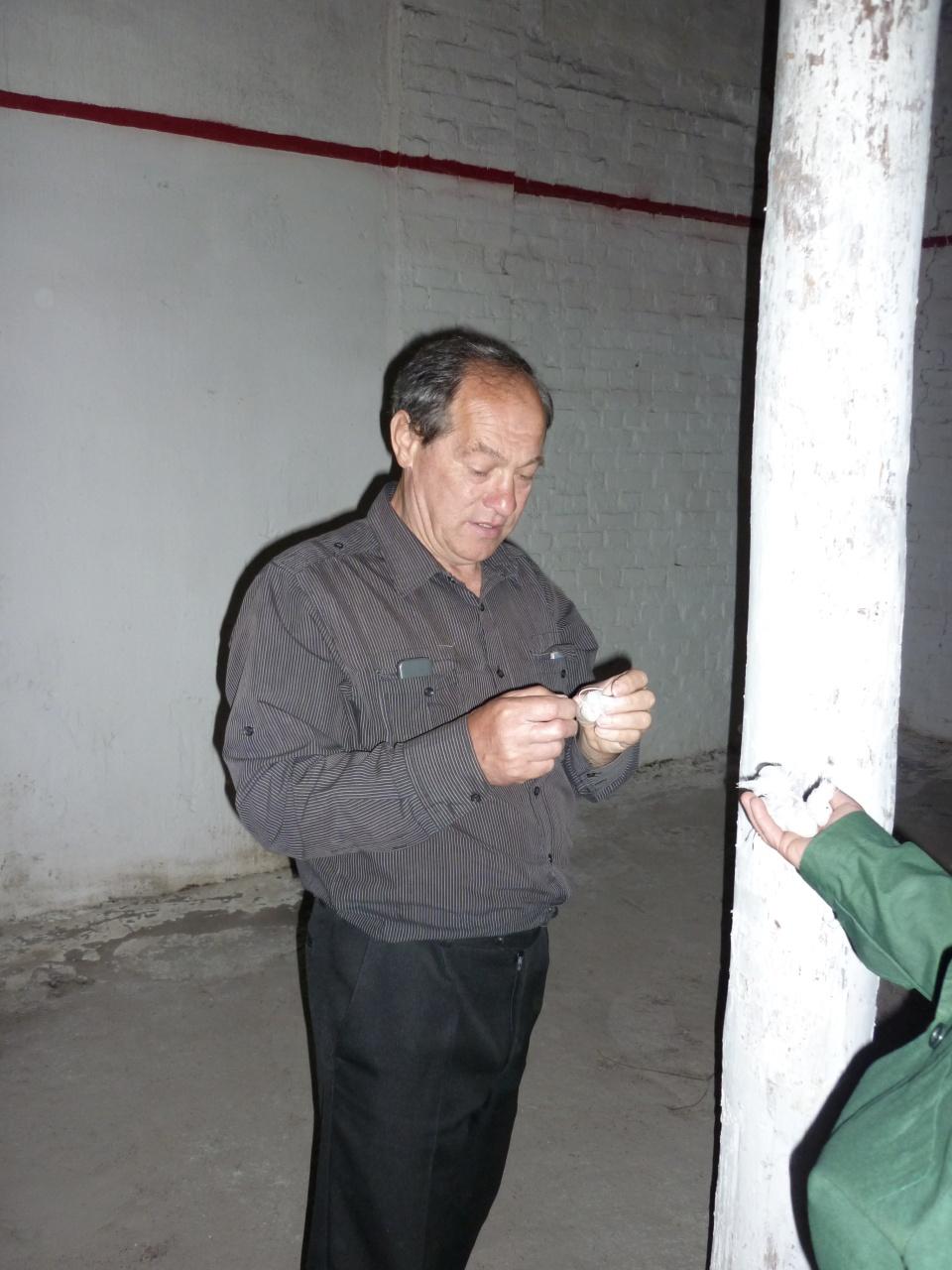 Провідний фахівець-агроном відділу фітосанітарних процедур Гасса В.Р. під час виставлення харчових принад в складських приміщеннях на виявлення капрового жука